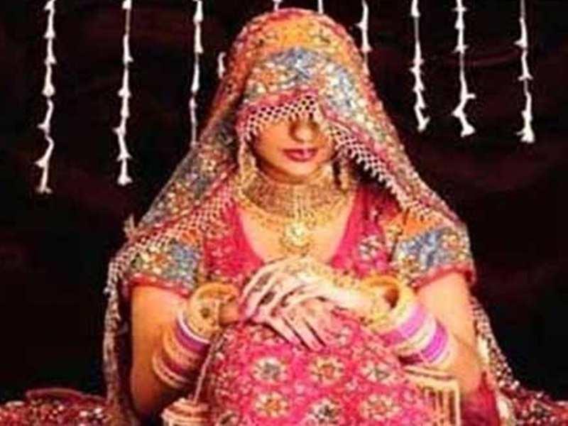 यूपी : कुशीनगर में नयी नवेली दुल्हन बनी प्रधान