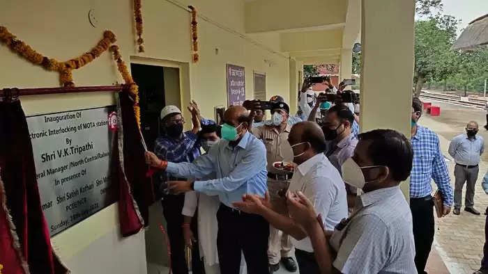 प्रयागराज । उत्तर मध्य रेलवे महाप्रबंधक विनय कुमार त्रिपाठी ने अपने दो दिवसीय दौरे के अंतर्गत सर्वप्रथम आगरा मंडल का निरीक्षण करने के उपरांत आज दूसरे दिन शिकोहाबाद-फर्रुखाबाद खण्ड पर चल रहे विद्युतीकरण एवं इलेक्ट्रिक इंटरलॉकिंग कार्यों का निरीक्षण किया।  मुख्य जनसम्पर्क अधिकारी डॉ शिवम शर्मा ने बताया कि निरीक्षण के दौरान महाप्रबंधक ने सबसे पहले भोगांव स्टेशन पर हो रहे विकास कार्यों को देखा। इस दौरान उन्होंने वहां पर उपलब्ध यात्री सुविधाओं एवं चल रहे विकास कार्यों का निरीक्षण किया तथा सम्बंधित अधिकारियों से कार्य की प्रगति पर चर्चा की।  इसी क्रम में महाप्रबंधक ने मोटा स्टेशन का निरीक्षण किया। वहां नवस्थापित इलेक्ट्रॉनिक इंटरलॉकिंग का शुभारम्भ किया। नई इलेक्ट्रॉनिक इंटरलाकिंग पुरानी मेकैनिकल इंटरलॉकिंग के स्थान पर स्थापित की गई है। इस वीडीयू एवं डॉटालॉगर युक्त प्रणाली की स्थापना से परिचालनिक सहजता एवं समयपालनता मॉनिटरिंग के साथ ही संरक्षा में भी सुधार होगा। इसमें अब 20 रूट की उपलब्धता हो गई और इससे परिचालन में सुधार होगा। इस नवीन प्रणाली से ट्रेनों की गति में सुधार और भविष्य के वांछित विस्तार में भी सहजता होगी।    इस दौरान महाप्रबंधक ने मोटा स्टेशन पर उपलब्ध यात्री सुविधाओं एवं चल रहे विकास कार्यों का निरीक्षण किया। इस अवसर पर प्रमुख मुख्य विद्युत इंजीनियर सतीश कोठारी, प्रमुख मुख्य सिग्नल एवं टेलीकॉम इंजीनियर अरुण कुमार, मंडल रेल प्रबंधक प्रयागराज मोहित चंद्र एवं सीपीडी रेलवे इलेक्ट्रिफिकेशन लखनऊ सहित प्रयागराज मंडल के अन्य अधिकारीगण उपस्थित थे।