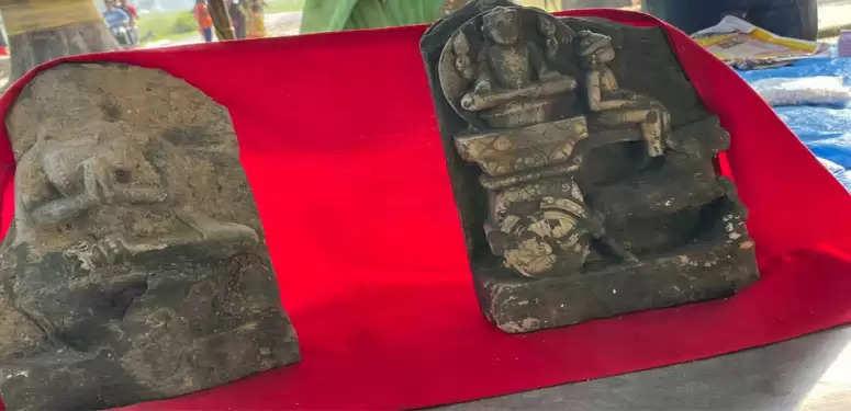 मऊ में सैकड़ों साल पुरानी मिली दो मूर्तियां, किस देवता की हैं बनी अबूझ पहेली