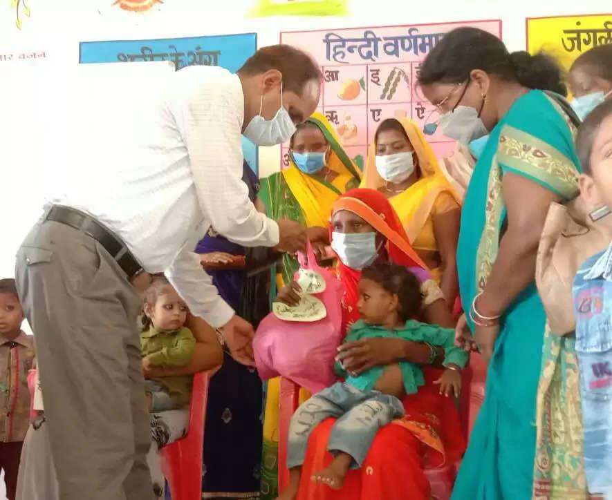 गंगापुर आंगनबाड़ी केन्द्र में राज्यपाल आनंदी बेन ने गर्भवती महिलाओं की भरी गोद