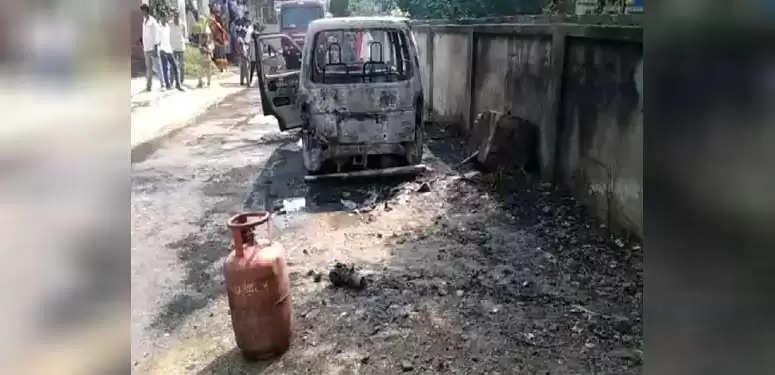 भदोही : गोपीगंज में सड़क किनारे खड़ी एक कार में लगी आग
