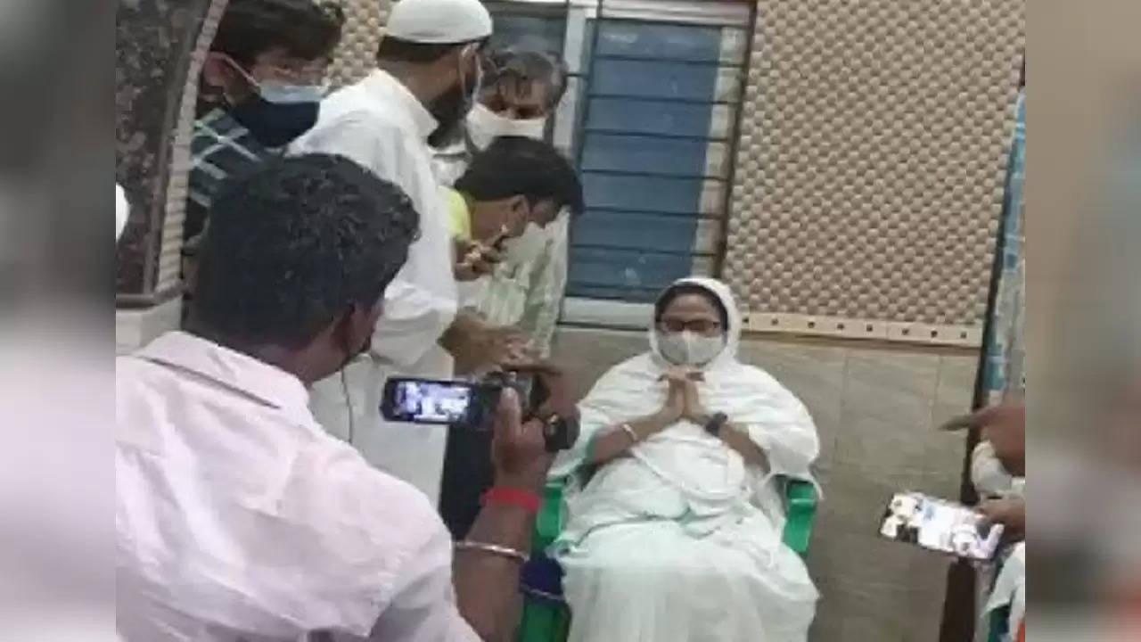 भवानीपुर विधानसभा सीट : सीएम ममता बनर्जी ने सोला आना मस्जिद में लगाई हाजिरी