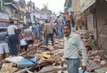 उत्तर दिल्ली में बहुमंजिला इमारत गिरी, कई लोगों के साथ साथ  गाड़ियां भी दबी   होने की आशंका