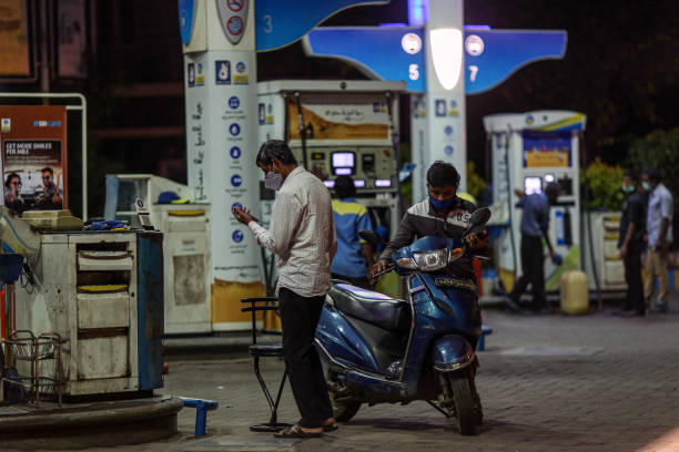 Newspoint24 / newsdesk  Know the condition of your city in Mumbai for a liter of petrol 100.47 rupees