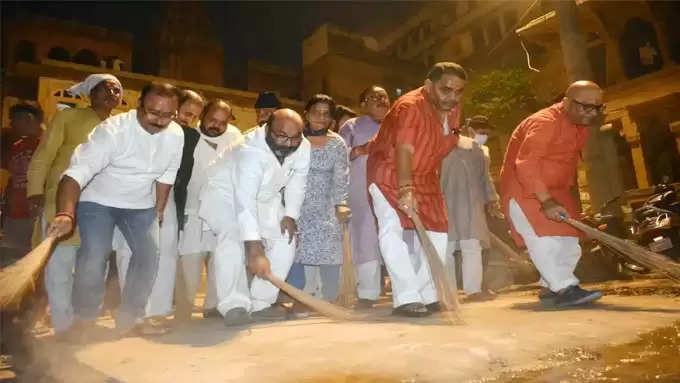 मणिकर्णिका घाट स्थित महाश्मशान बाबा के प्रदेश कांग्रेस अध्यक्ष अजय लल्लू सहित कांग्रेसी नेताओं ने की सफाई