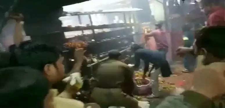 विन्ध्यवासिनी के पास मंदिर में लगी आग से अफरा-तफरी