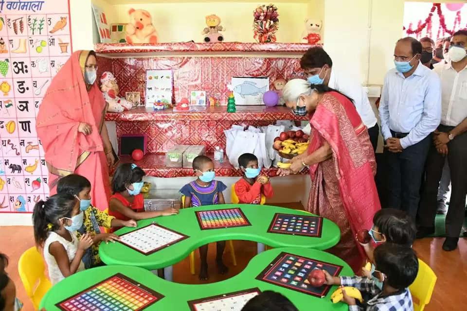 गवर्नर आनंदीबेन ने वाराणसी के आंगनबाड़ी केंद्रों का किया दौरा बच्चों को दिए खिलौने