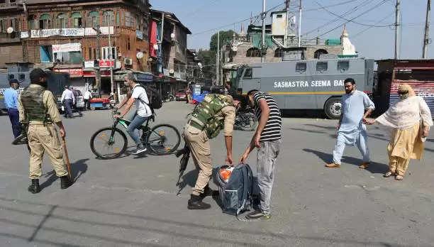 कश्मीर घाटी में कई स्थानों पर एनआईए की तलाशी और छापेमारी