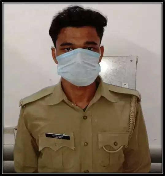 कानपुर में पुलिस की वर्दी पहनकर वसूली करते युवक गिरफ्तार