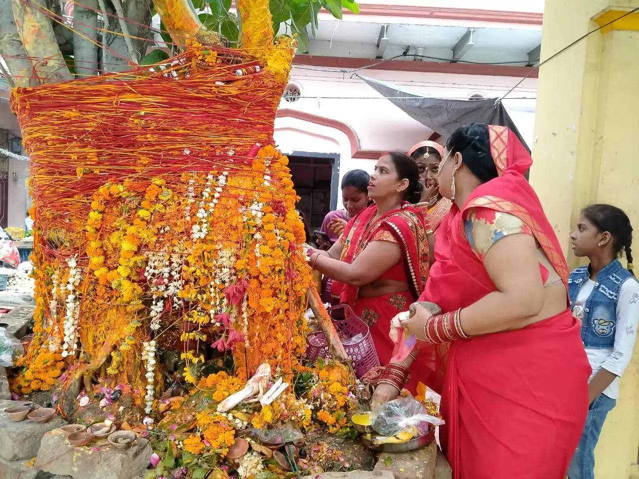 वाराणसी: सुहागिन महिलाओं ने पति के दीर्घ जीवन के लिए किया वट सावित्री पूजन