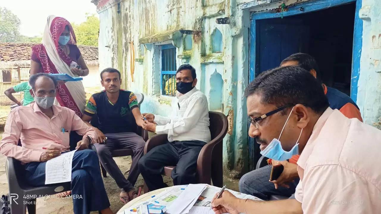 हमीरपुर:डेंगू ग्रसित युवक के घर में मिला लार्वा, टीम ने नष्ट कराया