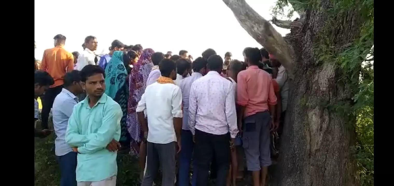 इटावा : प्रेमी युगल के पेड़ से फंदे के सहारे लटके मिले शव, जांच में जुटी पुलिस