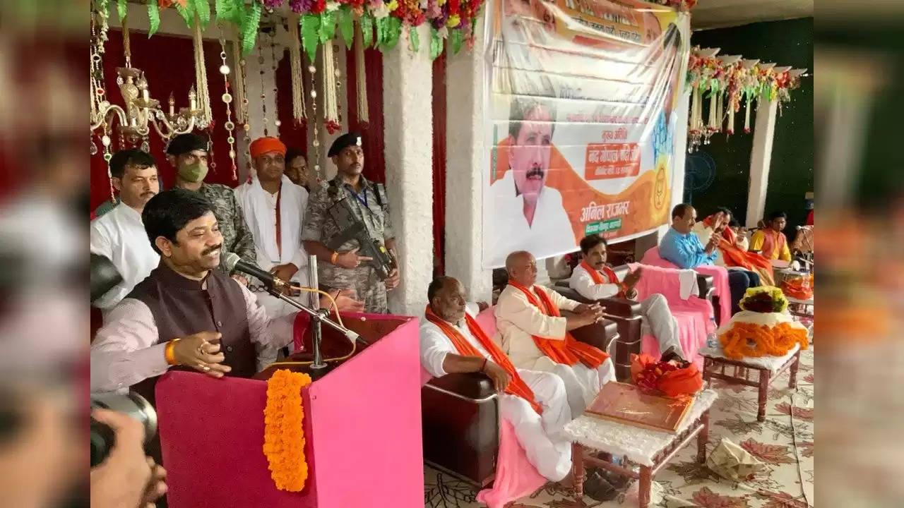 वाराणसी में नंदी ने अखिलेश को बच्चा बताया , प्रियंका की सक्रियता पर बोले चांदी की चम्मच लेकर पैदा होने वाले समाज की भलाई नहीं कर सकते