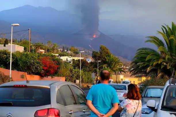 स्पेन ज्वालामुखी विस्फोट: सैंकड़ों लोगों को सुरक्षित स्थानों पर पहुंचाया गया
