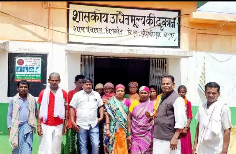 जगदलपुर:पूर्व विधायक ने राशन की दुकान में प्लास्टिक युक्त चावल देने का लगाया आरोप