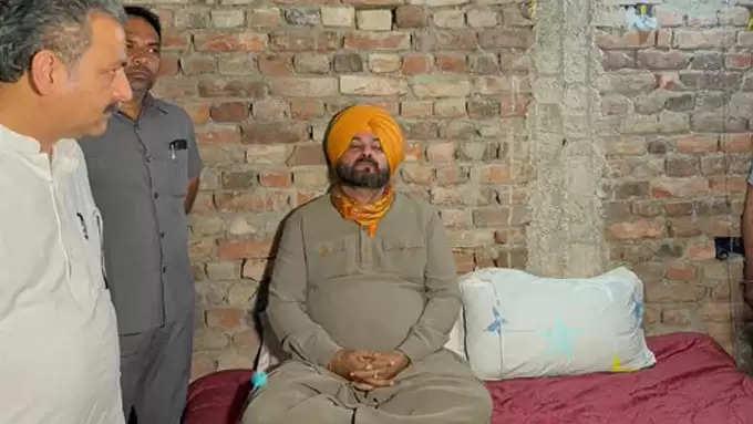 आशीष के ऊपर कार्रवाई होने तक लखीमपुर हिंसा के दिवंगत पत्रकार रमन कश्यप के घर में भूख हड़ताल बैठे नवजोत सिंह सिद्दू