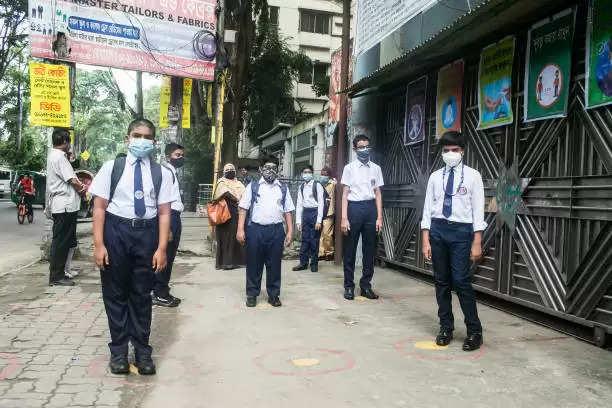 बंगलादेश में सख्त कोरोना प्रोटोकॉल के साथ फिर से खुले स्कूल-कॉलेज
