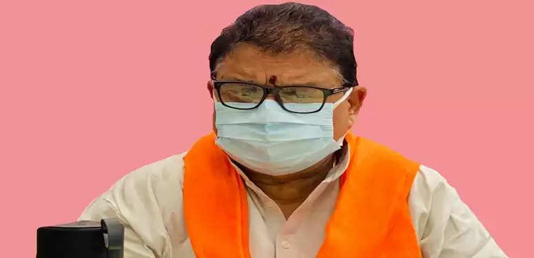 विन्ध्याचल में पंडो से परेशान भाजपा प्रदेश उपाध्यक्ष विजय बहादुर पाठक धरने पर